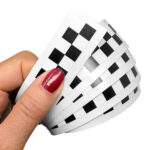 striscia-adesiva-scacchi-15-mm-bianco-nero-per-moto-auto-mano